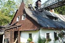 Z automobilového žebříku měli hasiči ke střeše a podkroví dobrý přístup a podařilo se jim velmi rychle zabránit dalšímu šíření požáru.