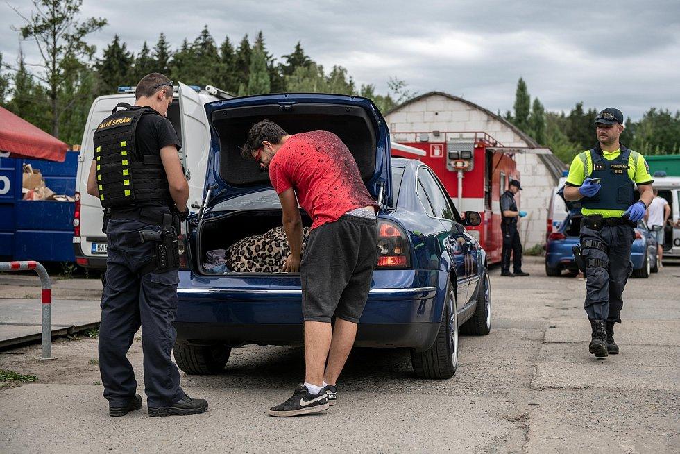 Letní akci již tradičně věnovali velkou pozornost policisté a celníci.