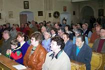 Návštěvníci z Německa se při mši v kostele Narození Panny Marie.