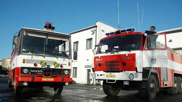 Hasičské vozy ukazuje dobrovolný hasič Martin Kočí