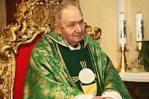 Krátce po svých dvaadevadesátých narozeninách zemřel v neděli v Horní Polici Mons. Josef Stejskal, papežský prelát, hornopolický arciděkan a významná osobnost zdejšího regionu.