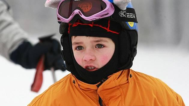 Děti i dospělí netrpělivě posouvají dny v kalendáři a pozorují nebe. Zima se blíží a mnoho z nich se těší, až znovu po roce vyjede na lyže.