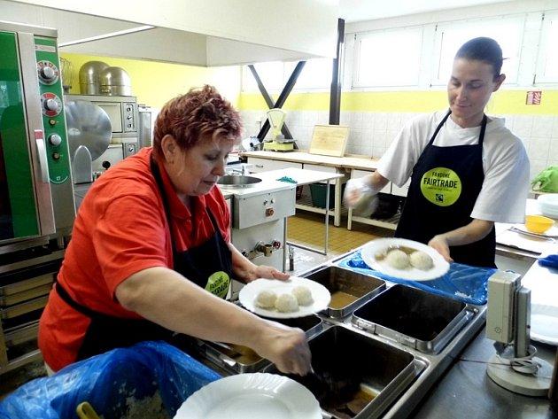 Fairtrade rýže i čaj. Obědy ze surovin, které podpoří výrobce v rozvojových zemích, se připravují tento týden ve školní jídelně Gymnázia Mimoň.