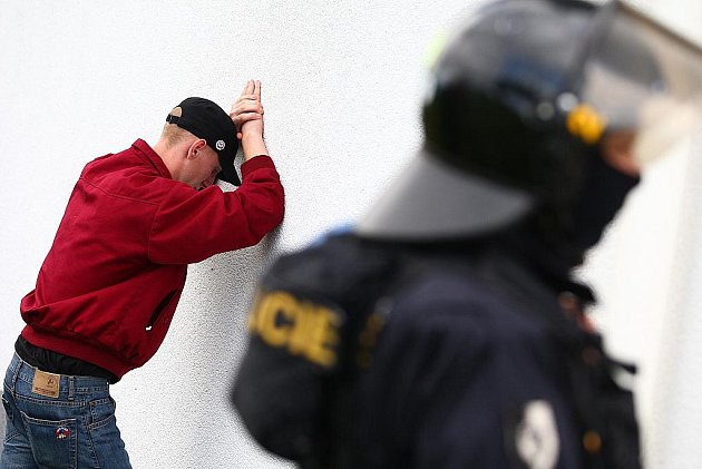 Pochod radikálů Novým Borem se obešel bez větších incidentů, dohlížely na něj desítky policistů včetně těžkooděnců.