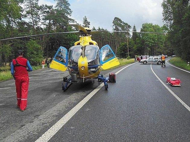 S těžkým zraněním převážel vrtulník letecké záchranné služby řidiče, který havaroval u Obory.