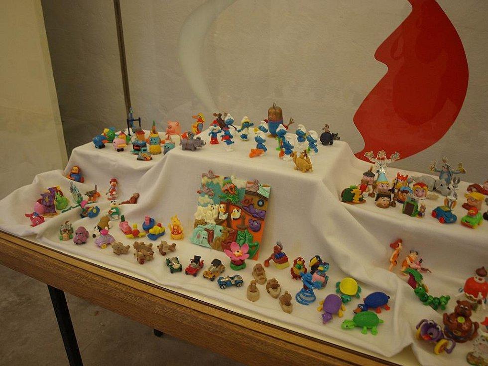 OBLÍBENÉ FIGURKY z čokoládových vajíček jsou k vidění v českolipském muzeu.