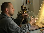 Rytec Jan Schindler ze Železného Brodu se nebojí používat neobvyklé materiály. V tomto případě drátosklo.