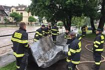 Řádění vodního živlu v Libereckém kraje nebere konce. Hasiči evakuují obyvatele.