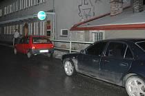 Auta se před na zákazu stání střídají až do večerních hodin