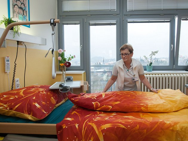 V devátém patře českolipské nemocnice vznikl díky sponzorům už čtvrtý pokoj, ve kterém mohou v důstojném prostředí umírající prožít poslední dny svého života se svými blízkými.