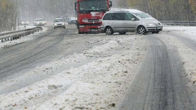 Kolaps dopravy s prvním sněhem je na Šébru už klasikou.  Dopravu tu v sobotu  kvůli uvízlým kamionům řídili policisté.