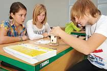Žáci ZŠ Cvikov při sestavování modelů.