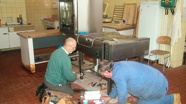 Dělníci instalují v Kravařích pečící pánev