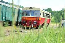Tato malebná muzejní železnice vedoucí z České Kamenice do Kamenického Šenova, dlouhá přibližně 5 km, se nachází na pomezí Českého Švýcarska a Lužických hor, z větší části v Ústeckém a částečně v Libereckém kraji.
