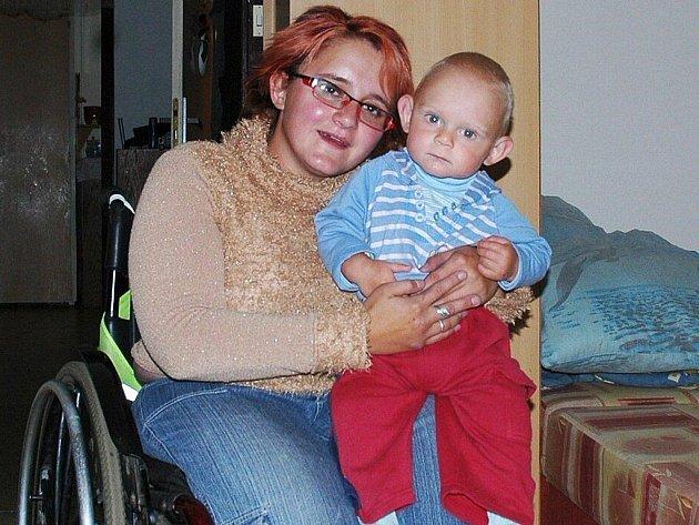 Petra Hurtová, která trpí zvýšenou lámavostí kostí, usiluje o lepší invalidní vozík.