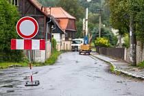 Dopravní omezení kvůli stavbě kanaliazce by mělo ve Sloupu skončit 30. října.