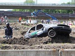 Milovníci adrenalinu si přišli o víkendu na své na Autodromu Sosnová, který hostil tradiční demoliční závod autovraků Destruction derby.