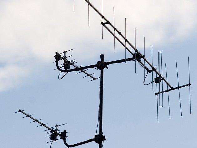 Podobné systémy ze střech domů zmizí. Současné antény totiž nahradí širokopásmové určené pro příjem digitálního vysílání.