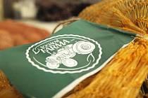 Sociální farma ve Velenicích má první produkty. Po sklizni v polovině září nabízí trojí odrůdu brambor, červené Rosary, žluté Dali a Impala.