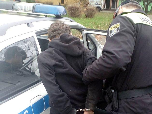 Hlídka strážníků městské policie na základě anonymního upozornění zadržela teprve třináctiletého celostátně hledaného chovance výchovného ústavu, který utekl.