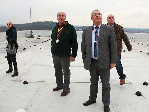 Radní Petr Tulpa si prohlédl některá pracoviště, ale ina střechu monobloku, strojovnu chlazení, strojovnu vzduchotechniky pro operační sály, strojovnu výtahů nebo nově přemístěné a rekonstruované sesterny.