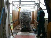 Vybouranou zdí stěhoval jeřáb do druhého patra nový počítačový tomograf.