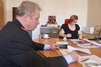 Policejní ředitel, plukovník Vladislav Husák, informoval starostku České Lípy Romanu Žateckou o prioritách, plánech a záměrech policistů v tomto roce, ale také o náborové kampani.