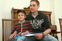 Otakara Březinu v sobotu dopoledne vyznamenala za jeho čin cvikovská radnice (na snímku se synem).