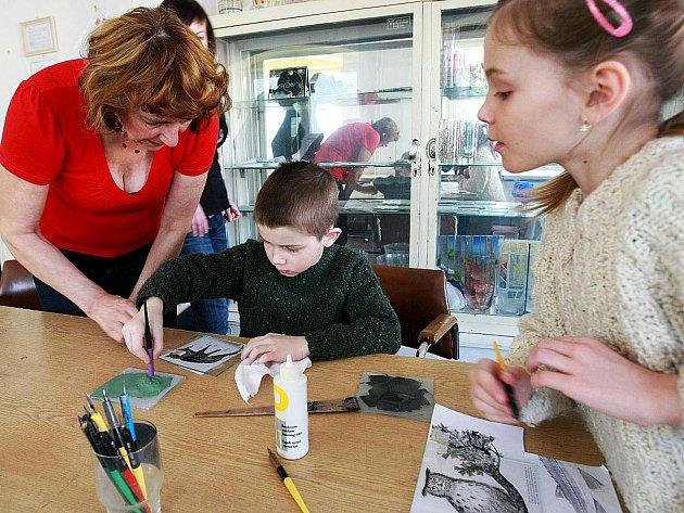 Workshopy v brusičské, rytecké, malířské dílně probíhaly v rámci sobotního dne otevřených dveří na SUPŠS v Kamenickém Šenově. Jaroslava Drvotová s dětmi v malírně skla.
