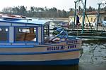 Lodníci na Máchově jezeře nezahálí, brzy vyplují. Zatím brázdí jezero s objednanými výletníky jen loď Hynek.