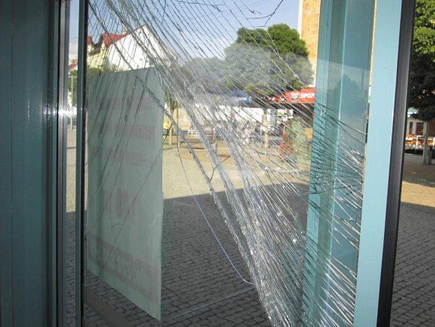 Rozbité dveře v drogerii Rossmann v centru města.