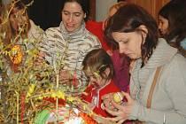Velikonoční zvyky připomněl sobotní program na středověké tvrzi ve Volfarticích, který pro děti i dospělé připravilo místní sdružení Slunovrat. Příchozí si mohli uplést pomlázku, originálně ozdobit vajíčka a především děti bavilo pečení perníčků.