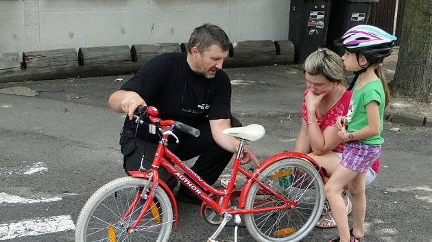 Městská policie zdarma seřizovala cyklistům kola, další akci plánuje na srpen.