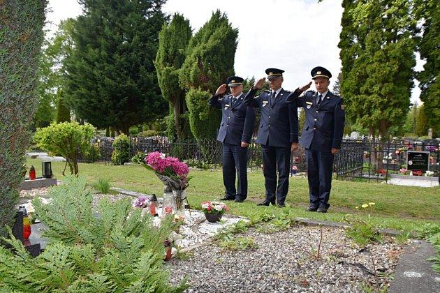 Pondělní návštěvou českolipského hřbitova vzdali přítomní čest Karlu Vackovi, veliteli tehdejšího okresního útvaru Sboru požární ochrany Česká Lípa, který zahynul při výkonu služby vČeské Lípě.