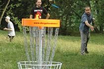 """Na okraji českolipského sídliště Sever se ve čtvrtek otevřelo hřiště pro """"golf s létajícími talíři""""."""