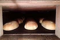 Chléb na čtyřicet pět minut dlouhé cestě pecí.