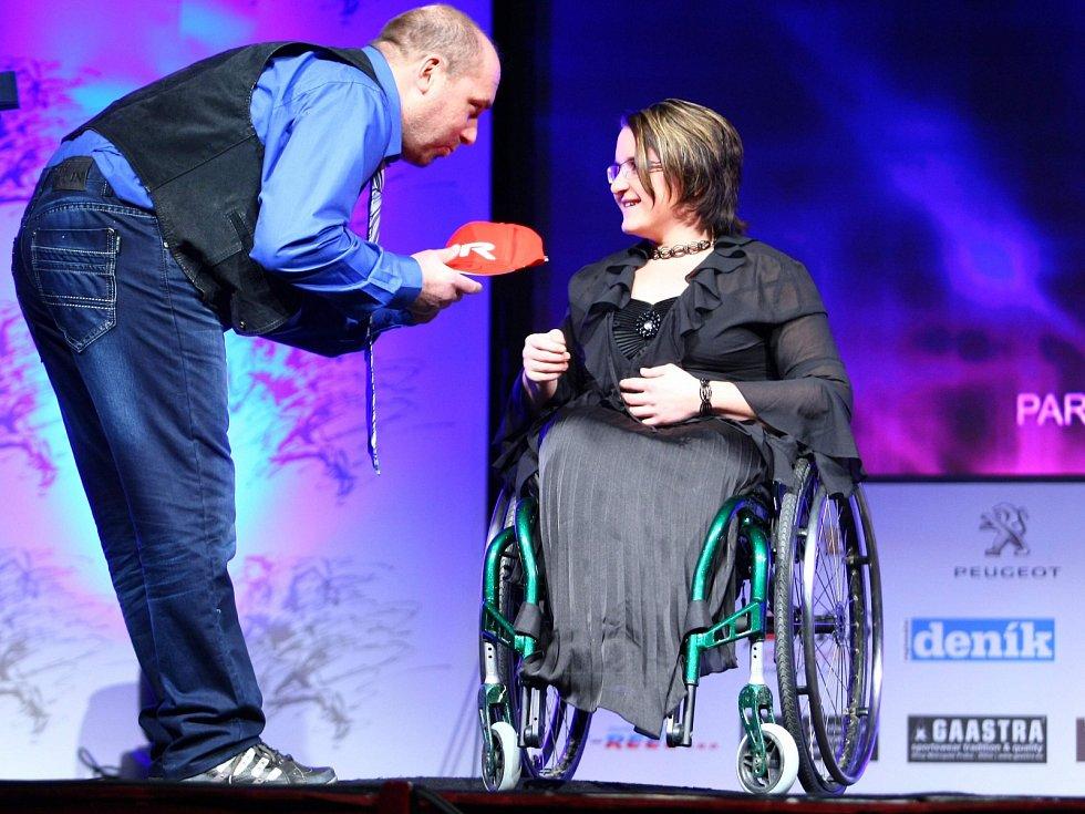 Zvláštní cenu pro handicapovaného sportovce převzala Petra Hurtová (paracycling) z rukou sportovního redaktora Českolipského deníku Radka Valenty.