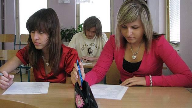 Testy státních maturit byly natolik utajené, že pracovníci školní inspekce nedovolili fotografovat během zkoušek. Studenty Euroškoly jsme zastihli při čekání na další testy. Na snímku jsou Klára Šmídková aTaťána Vlačichová.