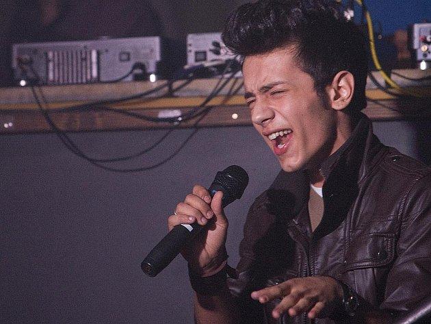 Jan Bendig zazpíval v pátek v  klubu Luxor v České Lípě. Vystoupení mladého zpěváka si nenechala ujít řada fanynek.