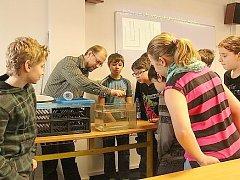 Učitelé z gymnázia vedou v základní škole přírodovědný kroužek zaměřený především na fyziku.