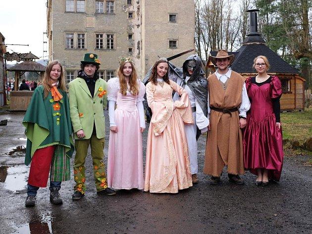 Dařílková (uprostřed) je oficiální majitelka divadla a zároveň ijeho hlavní herečka, průvodkyně na zámku a vpodstatě ijeho kastelánka.