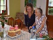 Anna Hejná z Nového Boru ve středu oslavila neuvěřitelných 103 let. Obklopená svými kamarádkami, pečovatelkami i zástupci města vyprávěla o svých vzpomínkách i zájmech.