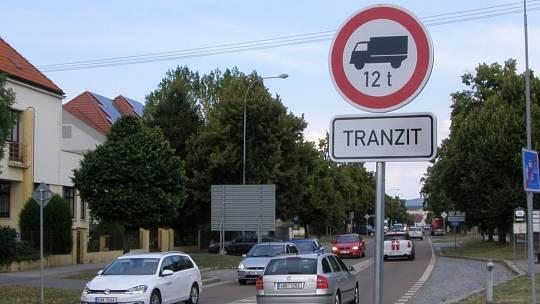 Ilustrační snímek. Zákaz vjezdu těžkému tranzitu.
