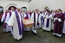 Se zesnulým knězem Janem Nepomukem Jiřištěm se přišli rozloučit kněží nejen z litoměřické diecéze, ale také z ostatních českých a moravských diecézí a stovky věřících.