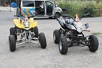 Rodiče obou malých šoférů v tom, že řídili čtyřkolky, žádný velký problém nevidí. Policistům řekli, že svým klukům prostě věří...