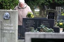 Kříže, jimiž byly označeny nezaplacené hroby na hřbitově v Kamenickém Šenově, byly do svátku Všech svatých  odstraněny. Lidé tak mohou  vzpomínat s úctou na své blízké.