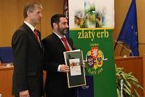 Cenu převzal z rukou libereckého hejtmana druhý místostarosta České Lípy Tomáš Vlček.