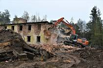 Další budovy vRalsku bořily těžké stroje i v tomto týdnu. Od roku 2011 byly ve vojenském prostoru Ralsko zbourány přes tři desítky objektů.