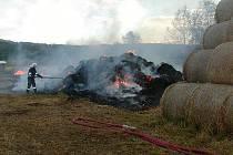 Hasiči likvidují středeční požár stohu ve Stvolínkách.