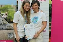 Pavlína Štepánková (vpravo) získala ocenění za svůj projekt školka skřítka Ostružinky a postoupila s ním do finále.